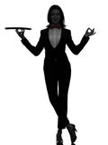 Frauenkellnerbutler, der den leeren Behälterzen gestikuliert Schattenbild hält Lizenzfreies Stockfoto