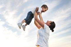 Frauenkind im Freien Lizenzfreie Stockbilder