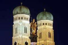 Frauenkirche Мюнхен на сумраке Стоковая Фотография