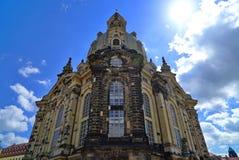 Frauenkirche Dresden mit dem blauen Himmel, hintergrundbeleuchtet durch Sonne stockfotografie
