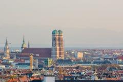 Frauenkirche e centro urbano di Monaco di Baviera, Germania con le alpi dentro Fotografia Stock Libera da Diritti