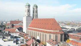 Frauenkirche en la ciudad histórica de Munich Descripción del paisaje urbano del top del ayuntamiento almacen de metraje de vídeo
