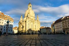Frauenkirche i Dresden på Neumarkt på den Sachsen för blå himmel Tyskland fotografering för bildbyråer