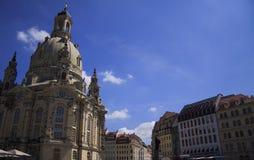 Frauenkirche kyrka och de gamla tyska husen, Dresden Royaltyfri Fotografi