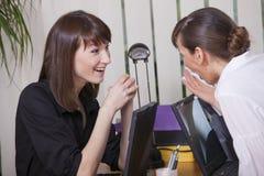 Frauenklatsch im Büro Stockfotografie