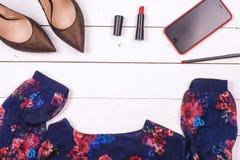 Frauenkleidung eingestellt und Zubehör auf einem rustikalen hölzernen Hintergrund Lizenzfreie Stockfotografie