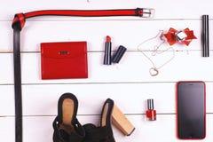 Frauenkleidung eingestellt und Zubehör auf einem rustikalen hölzernen Hintergrund Stockfoto