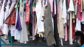 Frauenkleidungshängen Lizenzfreies Stockbild