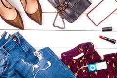 Frauenkleidungssatz und -Zubehör Lizenzfreie Stockfotografie