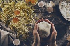 Frauenkoch übergibt das Vorbereiten, geschmackvollen selbst gemachten klassischen Italiener machend lizenzfreies stockbild