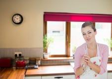 Frauenkoch, der in der Küche singt Stockbild