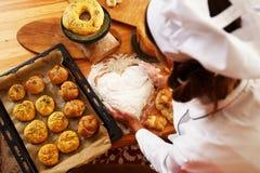 Frauenkoch mit Backwaren Lizenzfreies Stockfoto