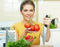 Frauenkochen   Lebensmittel in der Küche lizenzfreie stockfotos