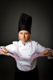 Frauenkochspiel mit Küche knifes Stockfotos