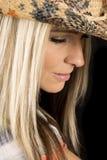 Frauenkopfabschluß mit farbigem kleinem Lächeln des Cowboyhut-Blickes unten stockbild