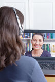 Frauenkopfhörervideoanruffreund Lizenzfreie Stockfotos