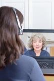 Frauenkopfhörervideoanrufgroßmutter Lizenzfreie Stockfotos