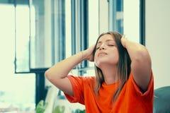 Frauenkopfschmerzen Mädchen drückt ihren Kopf zusammen stockbilder