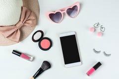 Frauenkosmetik mit Modeeinzelteilen und intelligentem Telefon lizenzfreies stockfoto