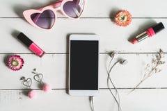 Frauenkosmetik und Modeeinzelteile mit intelligentem Telefon stockbilder