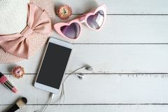 Frauenkosmetik und Modeeinzelteile mit intelligentem Telefon lizenzfreie stockfotos