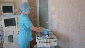 Frauenkrankenschwester bereitet Werkzeuge für Chirurgie vor 4K stock footage