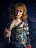Frauenkrieger in der mittelalterlichen Rüstung stockbild