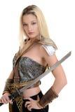 Frauenkrieger mit Rüstung und Klinge Stockfoto