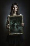 Frauenlächeln aber ihre Seele wird eingeschlossen stockbild