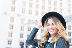 Frauenlächeln mit sinnlichem Gesicht in der Laverteidigung, Paris Lizenzfreie Stockfotografie
