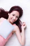 Frauenlächeln unter Verwendung des Tabletten-PC Lizenzfreies Stockbild