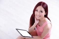 Frauenlächeln unter Verwendung des Tabletten-PC Lizenzfreie Stockfotografie