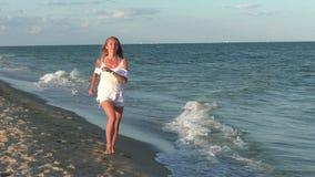 Frauenläufe entlang dem Strand stock video