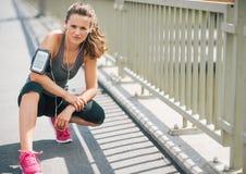 Frauenläufer, der auf Bürgersteig im Sommer in der städtischen Landschaft knit stockfotografie