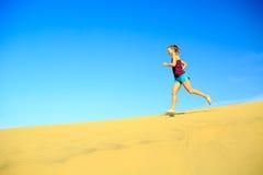 Frauenläufer, der barfuß auf Wüstendünen rüttelt Lizenzfreies Stockbild