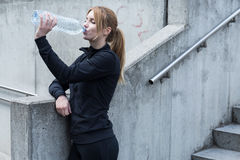 Frauenläufer, der Bruch hat lizenzfreie stockbilder