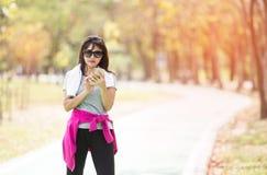 Frauenläufer, der eine Pause macht, nachdem in Landschaft Roa stark laufen Lizenzfreie Stockbilder