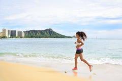 Frauenläufer - laufendes Eignungsmädchen setzen das Rütteln auf den Strand lizenzfreies stockbild