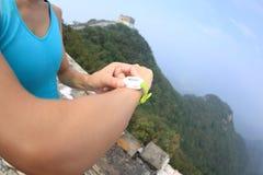 Frauenläufer stellte die intelligente Uhr des Sports ein Lizenzfreies Stockfoto