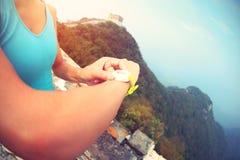 Frauenläufer stellte die intelligente Uhr des Sports ein Lizenzfreie Stockbilder