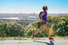 Frauenläuferlauf tauscht aus, um mit Rucksack, Stadtmorgenlaufdem austauschen und Eignungskonzept zu arbeiten lizenzfreie stockbilder