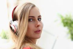 Frauenlüge auf Sofa hören Musiktraum Lizenzfreies Stockbild
