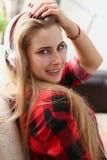 Frauenlüge auf Sofa hören Musiktraum Stockfotografie