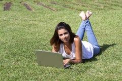 Frauenlügen Lizenzfreies Stockfoto