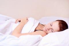 Frauenlügen und -schlaf Lizenzfreies Stockfoto