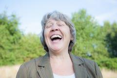 Frauenlachen des hohen Alters stockbild