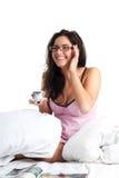 Frauenlachen und -getränkkaffee Stockbild