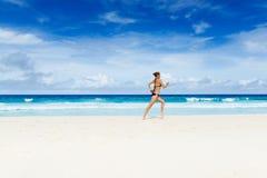 Frauenlack-läufer auf dem Strand Lizenzfreie Stockfotos