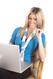 Frauenlaptop, der im Blau lächelt Stockfotos