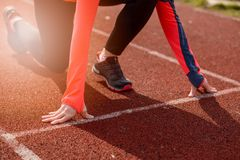 Frauenlauf, der draußen ausbildet lizenzfreie stockfotografie